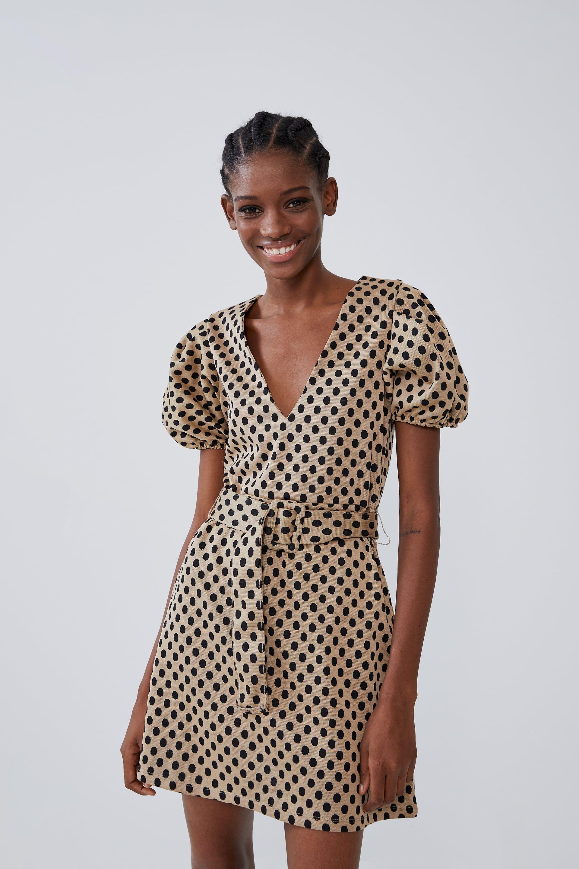 El vestido corto de lunares y mangas abullonadas de Zara más top