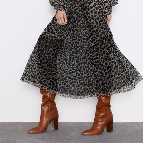colores armoniosos imágenes detalladas estilo distintivo El vestido largo de leopardo y tul de Zara-Vestido largo y botas