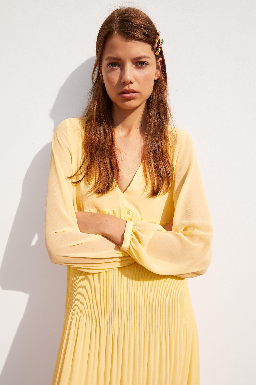 compras venta outlet zapatos casuales Hay un vestido midi amarillo en Zara de manga larga que roza ...