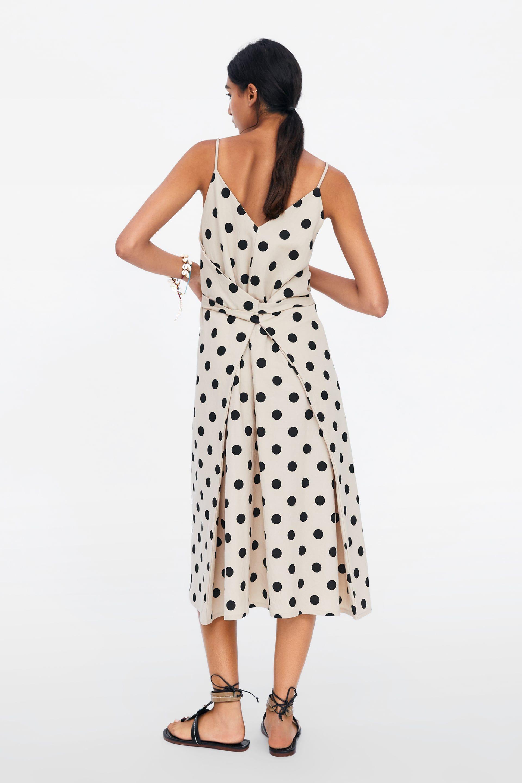 Sale el primer vestido multiposición de lunares de invitada