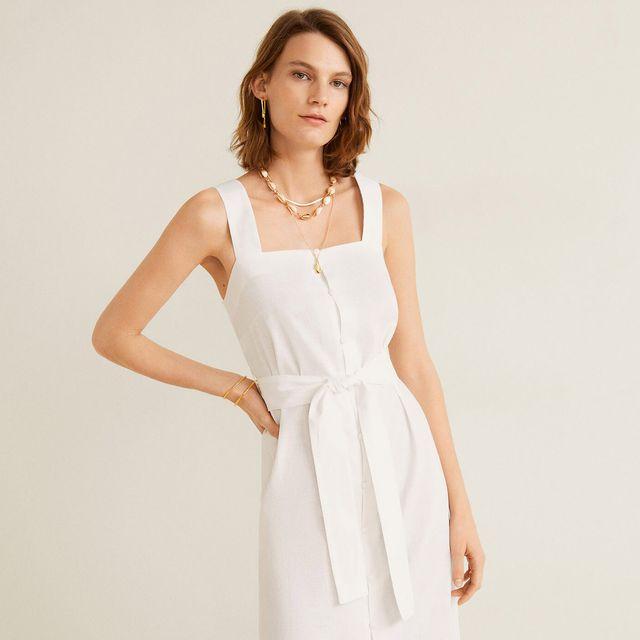 modelo posando con un vestido blanco
