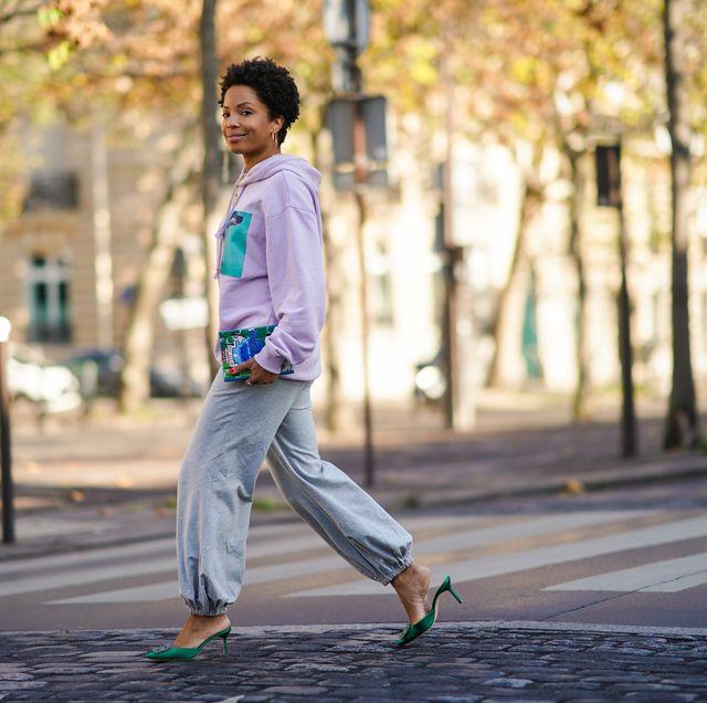 vrouw op straat in joggingbroek