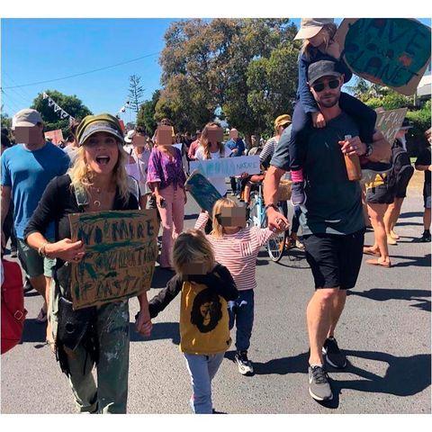 Elsa Pataky y Chris Hemsworth manifestacion