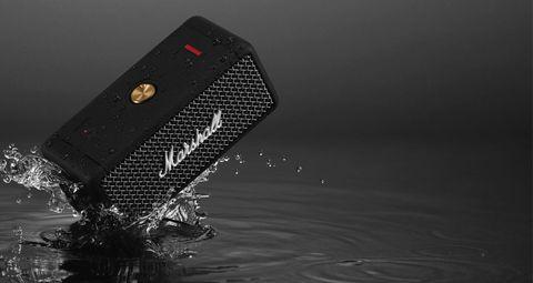 一台黑色的marshall音響掉落在水上