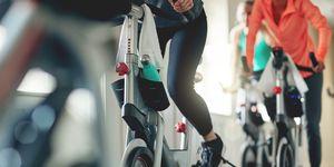 Bicicletas estáticas en una clase de spinning en el gimnasio.