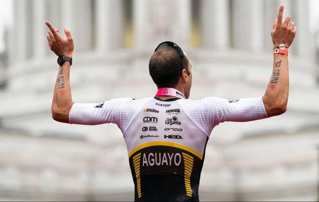 emilio aguayo celebra su victoria en el ironman de wisconsin