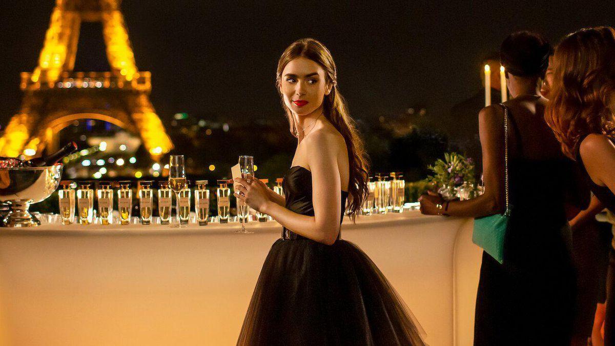 """La serie Emily in Paris ha fatto arrabbiare i francesi (e il paragone con Sex &The City è """"ridicolo"""")"""