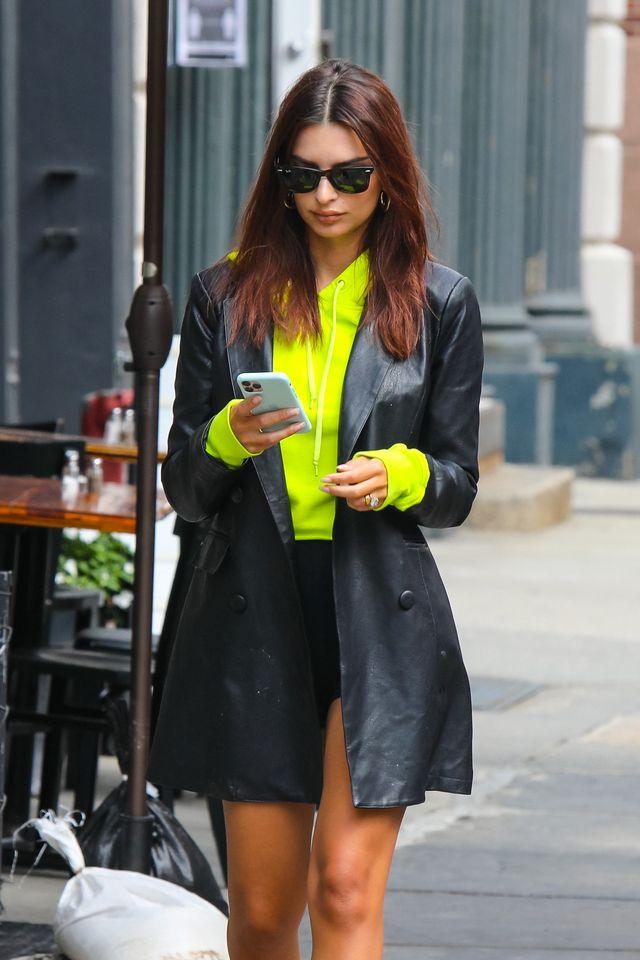 emily ratajkowski kijkt op haar telefoon in new york