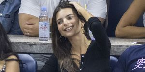 La modeloEmily Ratajkowskise come a besos a su marido durante un partido de tenis.