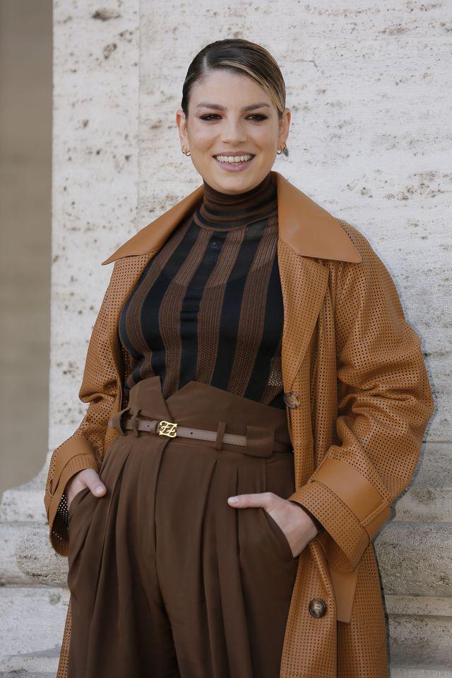 emma marrone indossa la camicia a righe definitiva dell'estate 2020