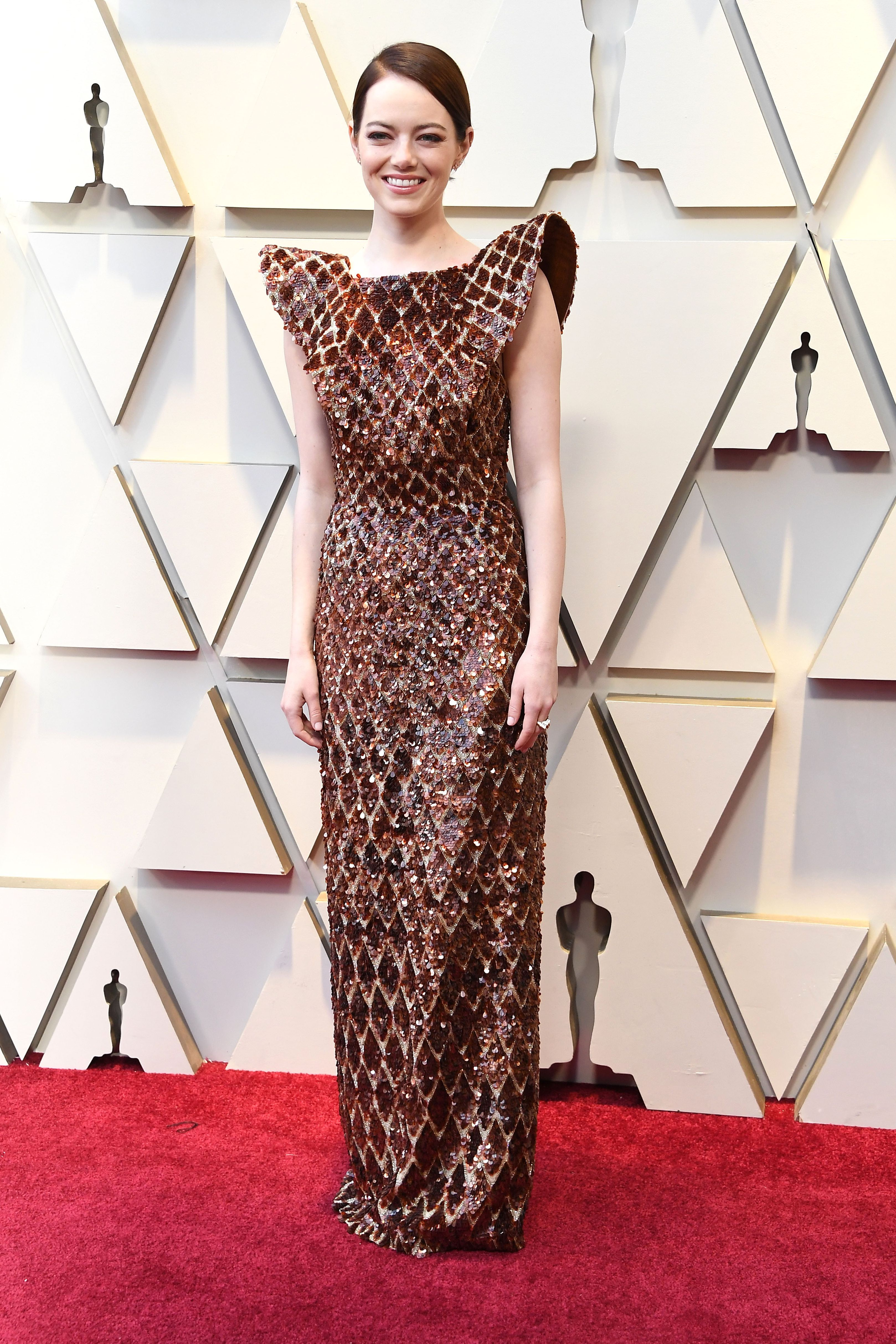 Emma Stone lució la tendencia de moda de 2019:las hombreras, en la alfombra roja de los Oscar.