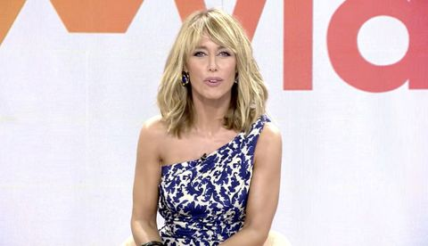 la presentadora de mediaset, con un top asimétrico en tonos azules y blancos, presume de nuevo corte de pelo