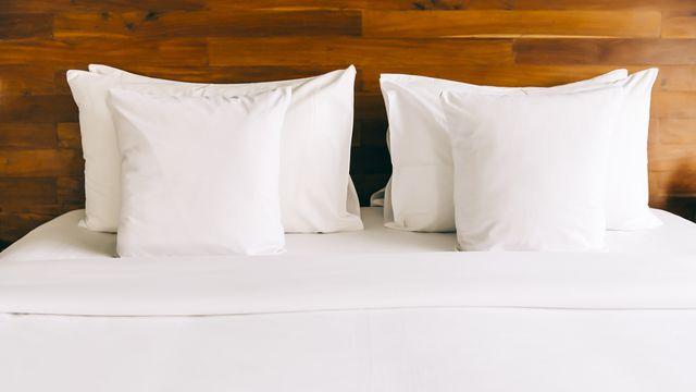 cama de habitación de hotel