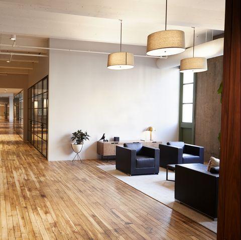 Sảnh trống và khu vực hội họp trong khuôn viên kinh doanh sang trọng
