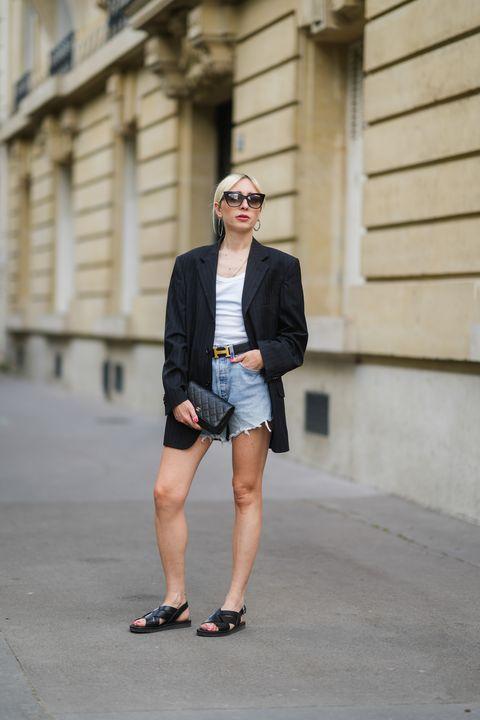 emy venturini draagt een korte cut off denim short met een oversized blazer