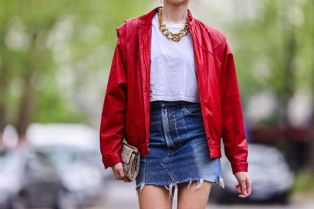 emy venturini con falda denim y collar de cadenas en la semana de la moda de paris de 2021