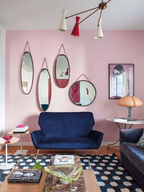 salón decorado con varios espejos de formas circulares