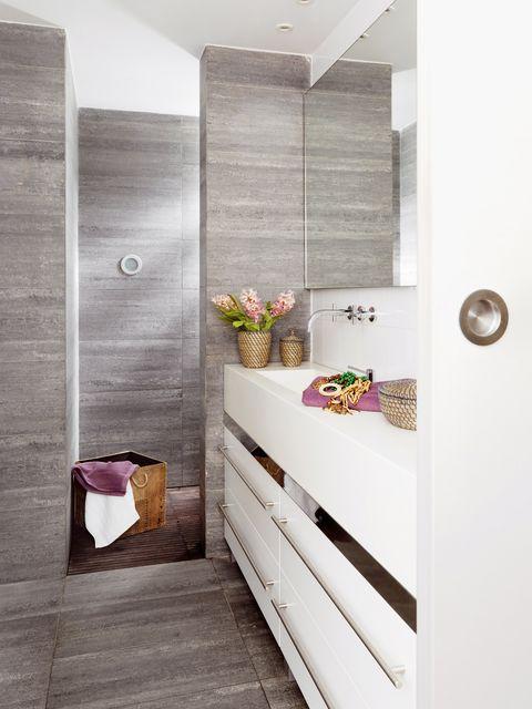 ducha de obra en gris con tarima de madera