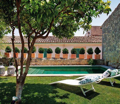 piscina climatizada con tumbonas