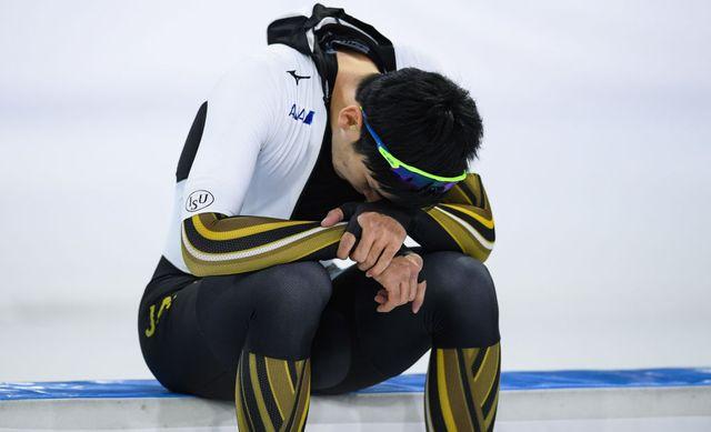un hombre se lamenta durante una competición