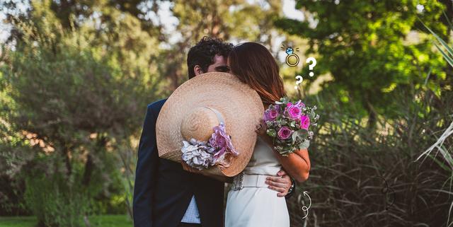 婚約したカップルのメモリアルな瞬間を写真で残す「婚約写真」。撮影場所や演出などにおいて特に厳格なルールはなく、ふたりで自由に決められるのが魅力的だけど、何を着れば良いか、パートナーとのバランスは悩みどころ。そこで、撮影する前に知っておきたい衣装選びのコツを紹介します!