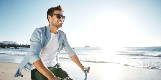 hombre con gafas de sol montando en bicicleta