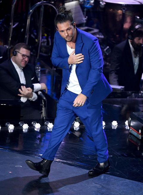 Performance, Cobalt blue, Event, Suit, Electric blue, Outerwear, Formal wear, Performing arts,