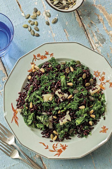 ensaladade arroz negro, frutos secosy kale