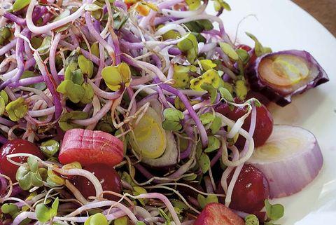 ensalada de brotes, remolacha, rábanos y cebolla