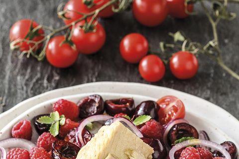 ensalada de tomate, frambuesas, cerezas y ventresca