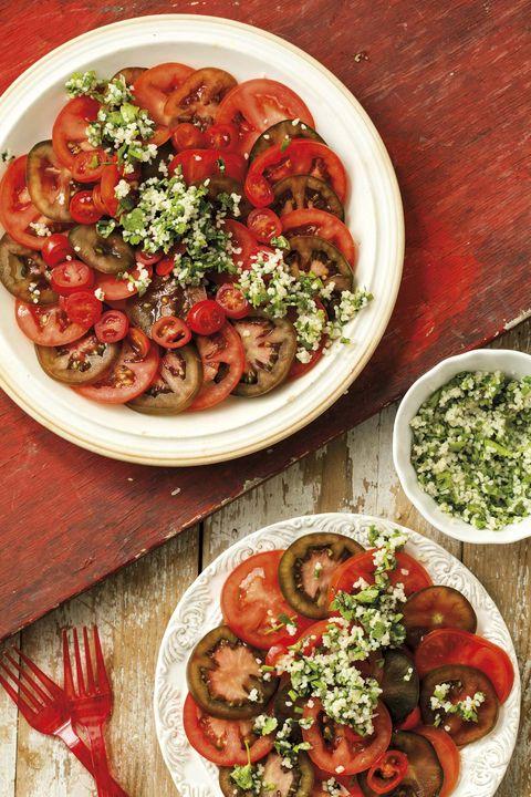 ensalada de tomate y cuscús de lima y hierbas