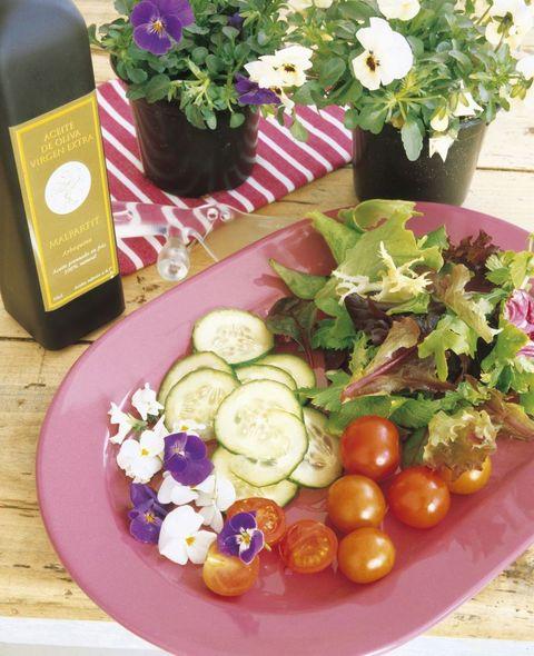 receta ensalada de verduras y pétalos de flores