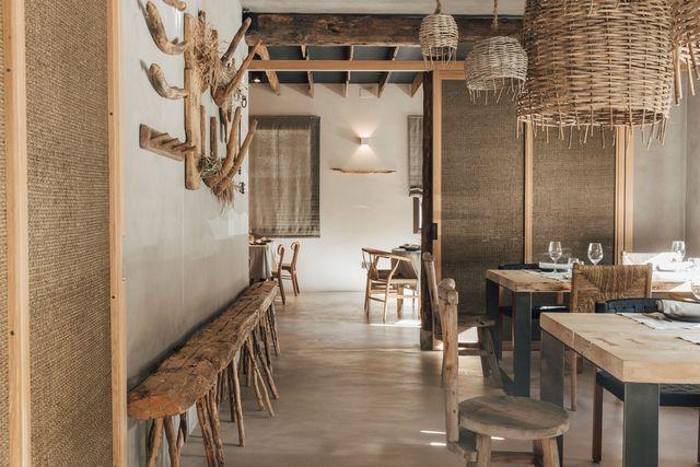 restaurante en aragón diseñado con materiales naturales siguiendo un estilo primitivo
