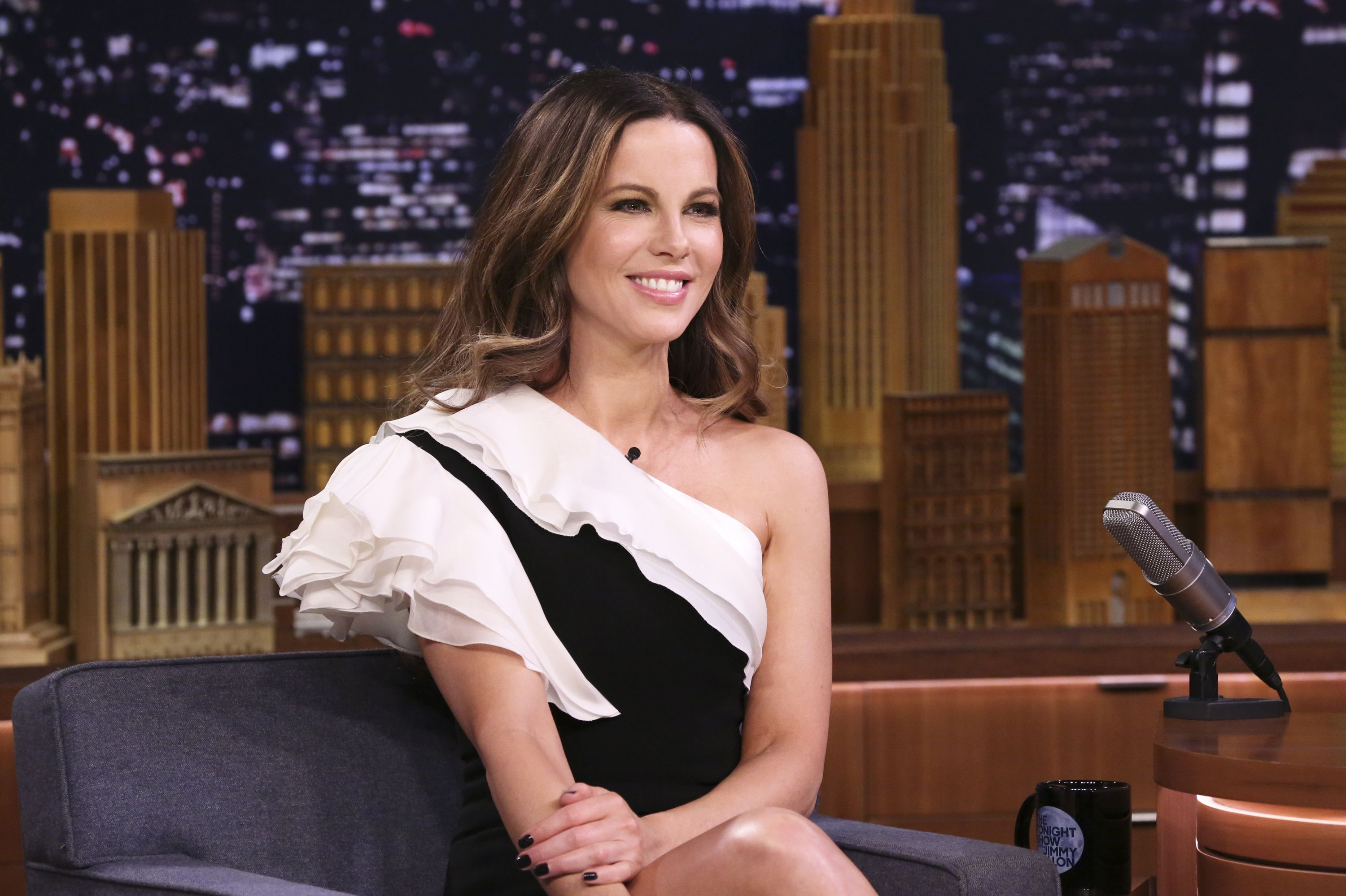 Watch Kate Beckinsale Crush a Series of Overhead Squats