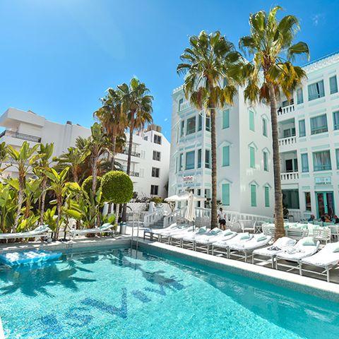 Swimming pool, Property, Water, Tree, Town, Real estate, Resort, Building, Leisure, Aqua,