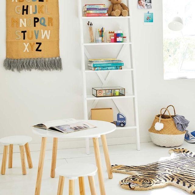 escalera de madra y alfombra