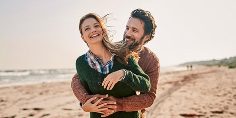 Pareja de novios de viaje romántico en la playa