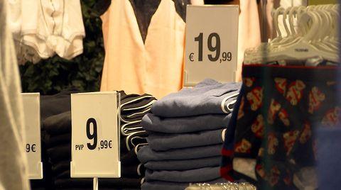 'Mi armario insostenible' es un reportaje que analiza los nuevos hábitos de consumo y la producción textil, en 'El escarabajo verde'