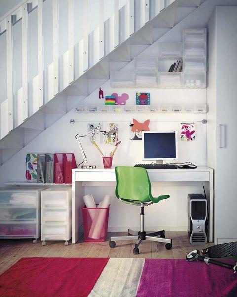 escritorio blanco bajo la escalera