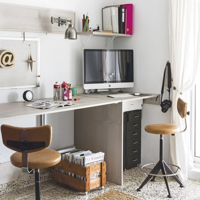 Oficina en casa: Escritorio blanco con taburetes vintage de Singular Market