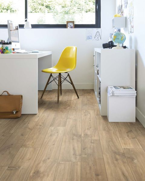 escritorio blanco con suelo madera