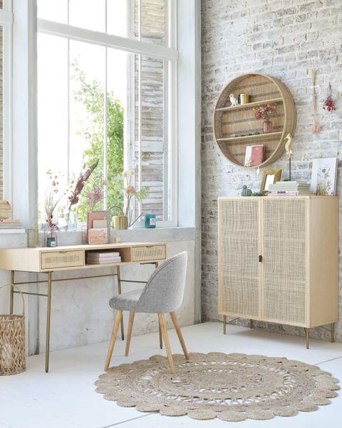 escritorio de madera con cajones