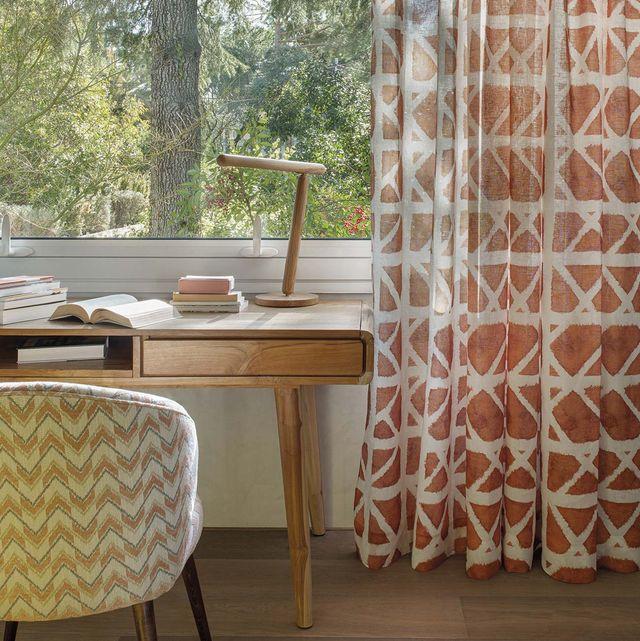 escritorio bajo la ventana con cortinas