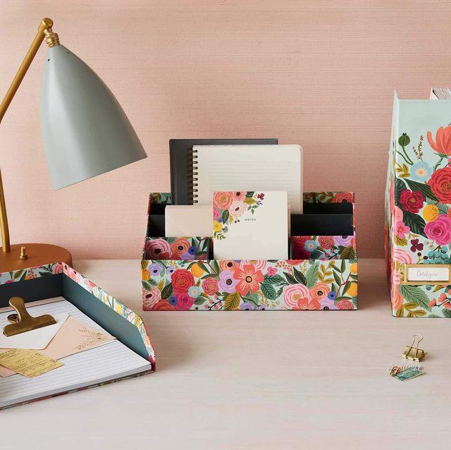 escritorio con accesorios de papelería