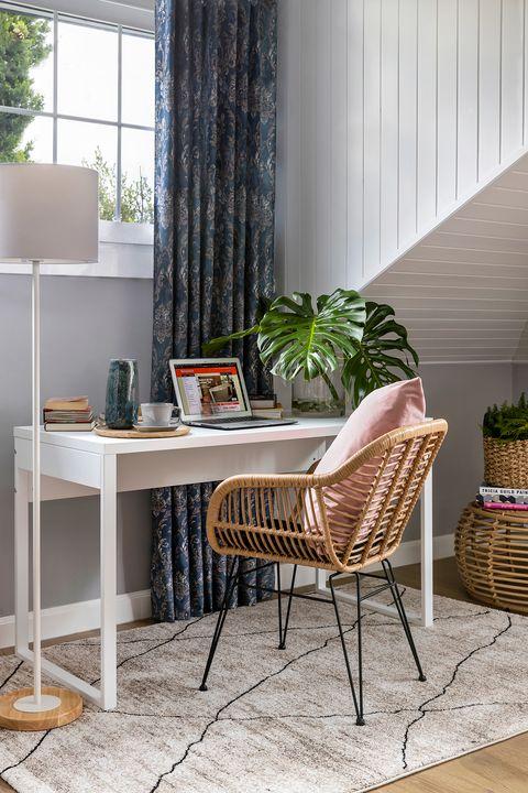 escritorio blanco con silla de fibras