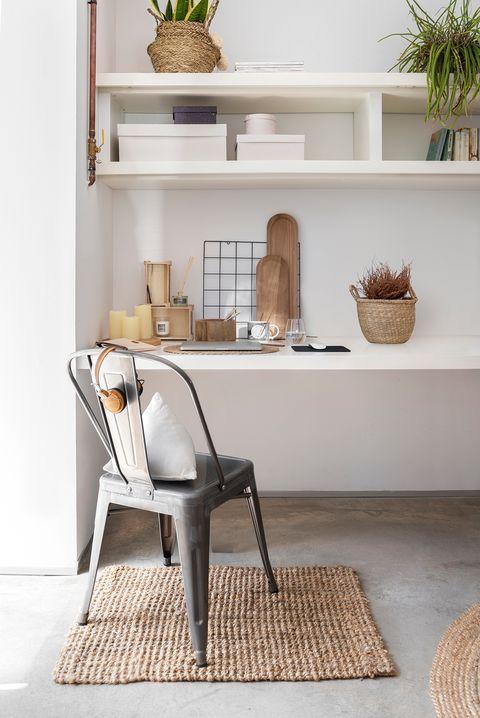 escritorio decorado con fibras naturales y una silla de estilo industrial