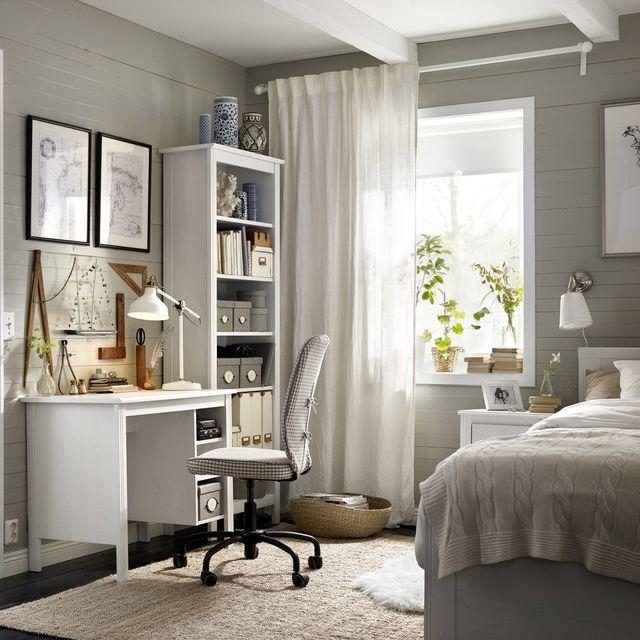 escritorio con silla giratoria en el dormitorio