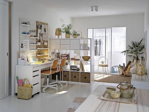 zona de escritorio en el salón delimitada con estantería