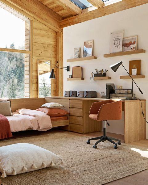 Escritorio de madera junto a la cama
