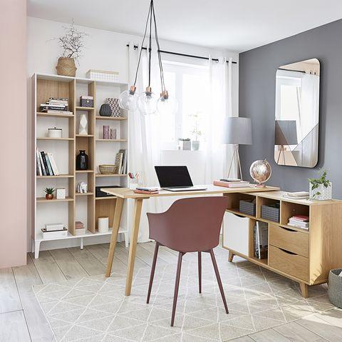 Escritorio con mesa de madera anexa a una cómoda y silla de color moka empolvado